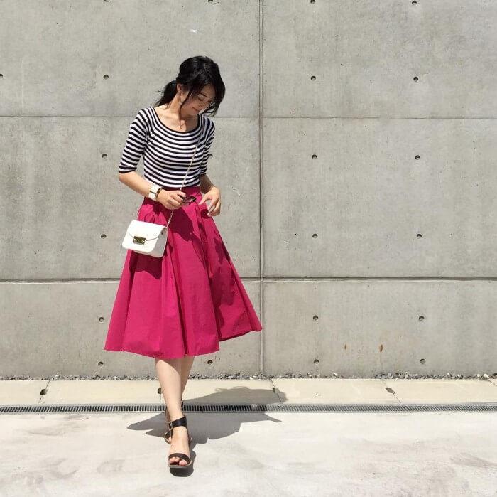 ピンクのタックフレアスカート×ボーダー柄トップスのコーデ画像