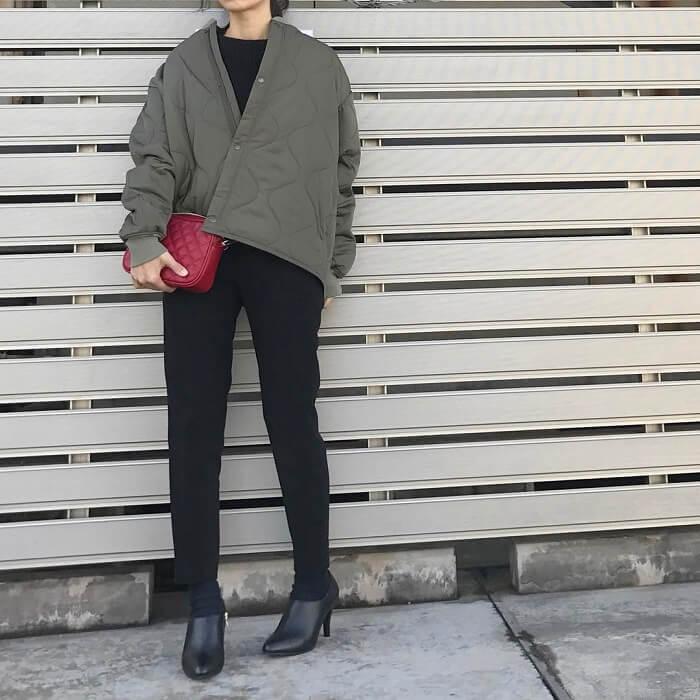 カーキキルティングジャケット×黒パンツのコーデ画像