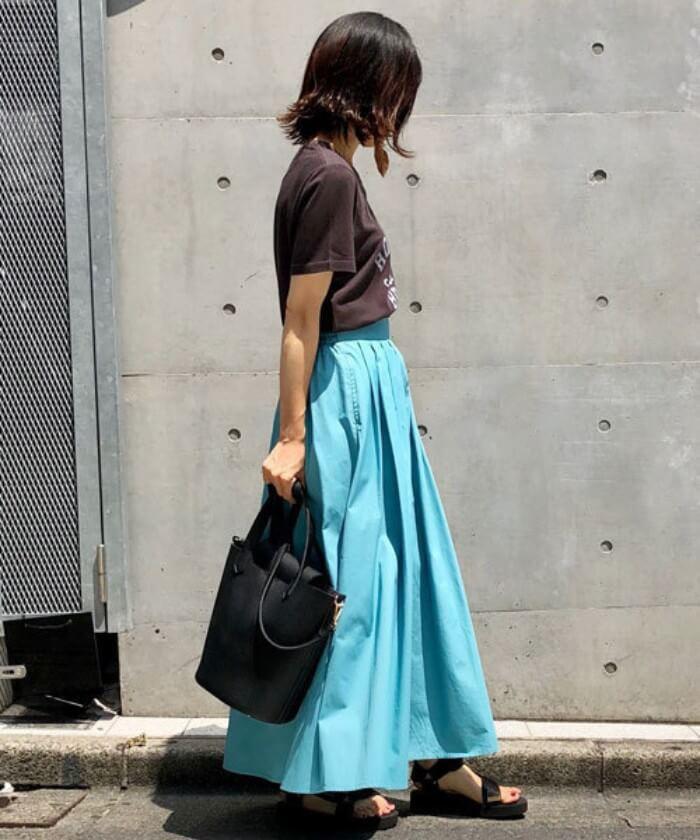 ターコイズブルーのタックフレアスカート×黒Tのコーデ画像
