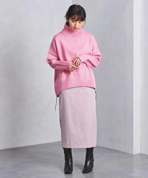 ピンクニットとピンクコーデュロイタイトスカートのコーデ画像