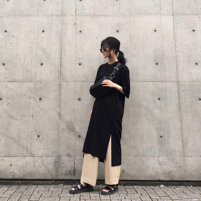 黒のTシャツワンピース×ベージュパンツのコーデ 画像