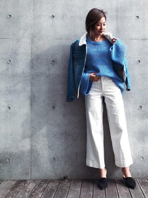 ボアデニムジャケットとアイシーブルーニット×ホワイトパンツのコーデ画像