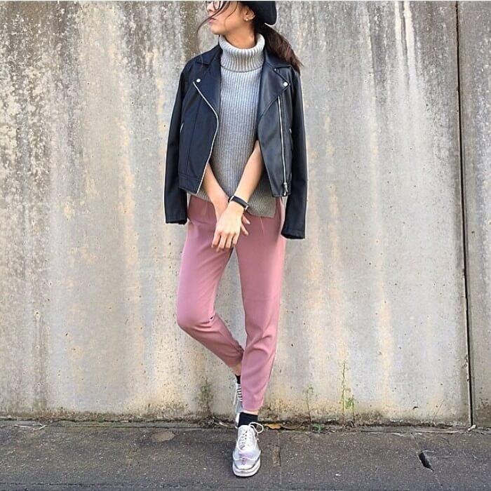 黒ライダースジャケット×ピンクジョガーパンツのコーデ画像