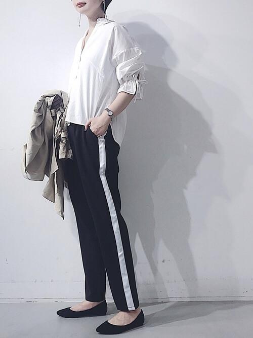 白ブラウス×黒ジャージパンツのコーデ画像
