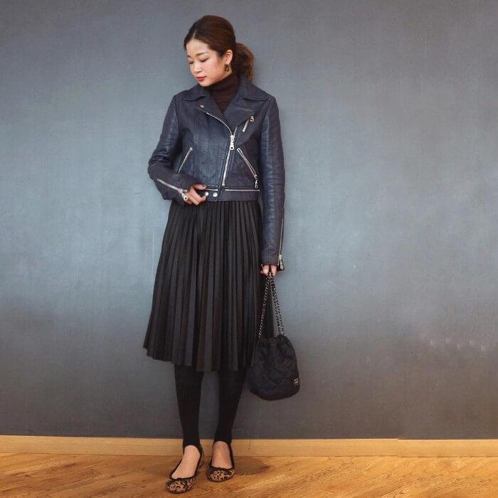 ライダースジャケット×黒プリーツスカートのコーデ画像