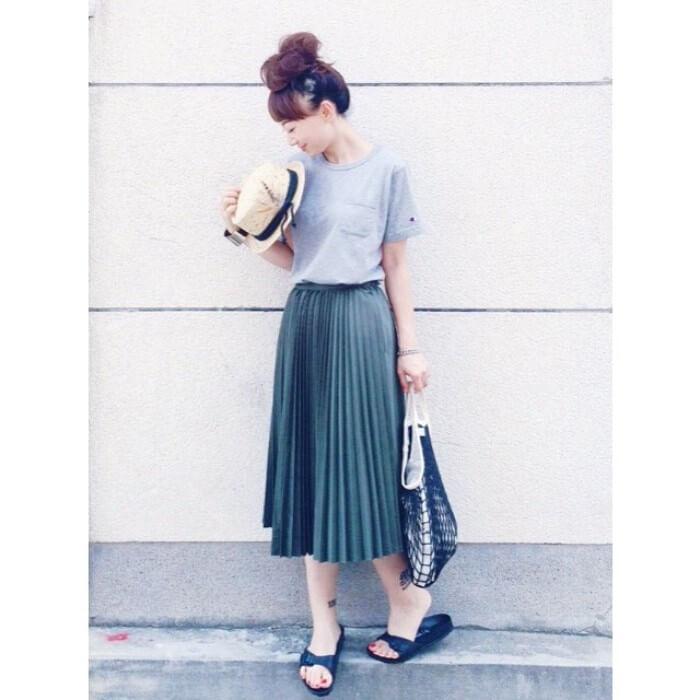 グレーTシャツ×ダークグリーンプリーツスカートのコーデ画像