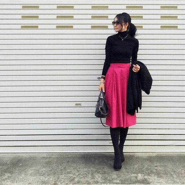 ショッキングピンクの膝丈フレアスカートのコーデ画像
