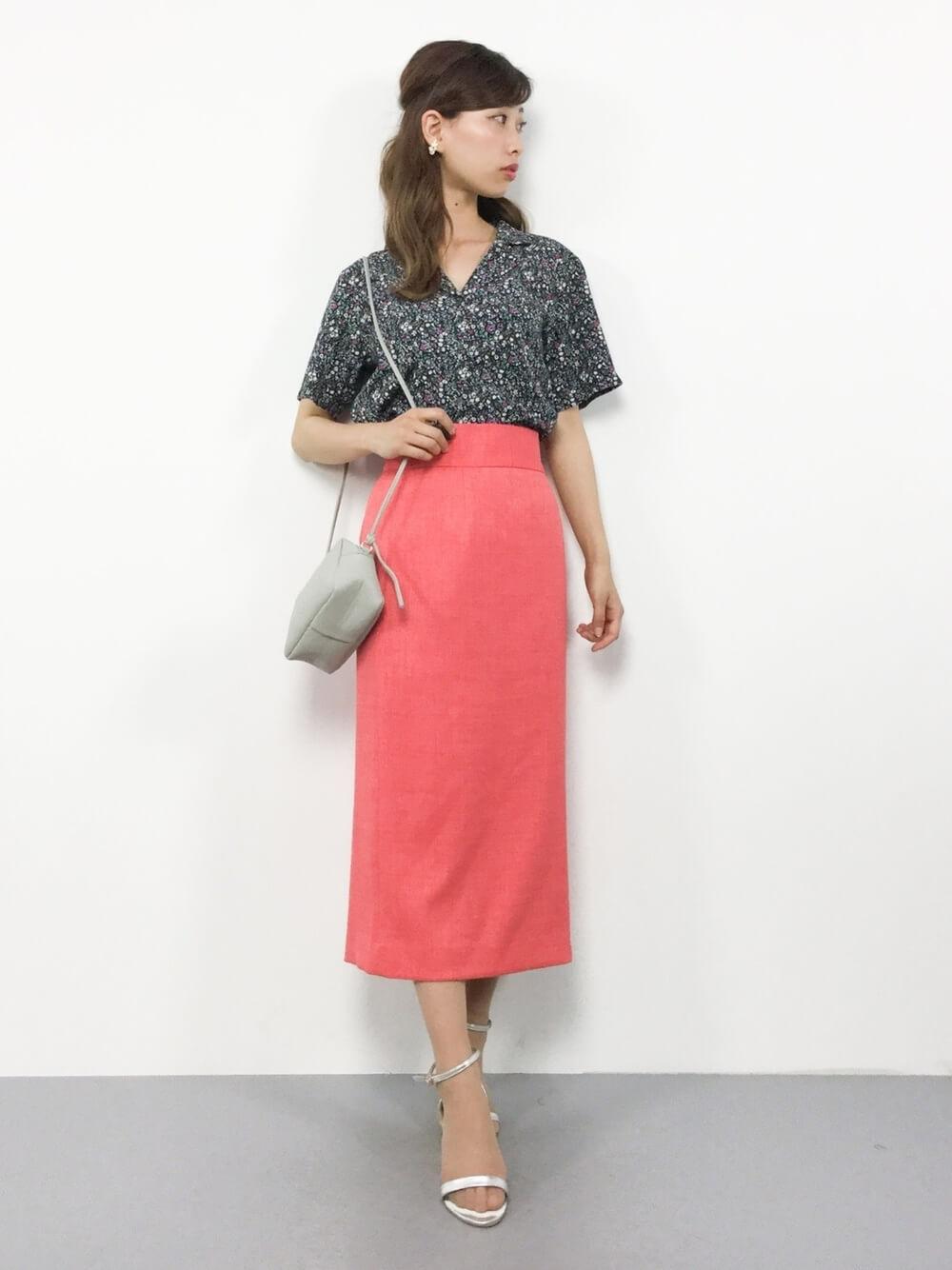 小花柄のシャツとピンクタイトスカートのコーデ画像