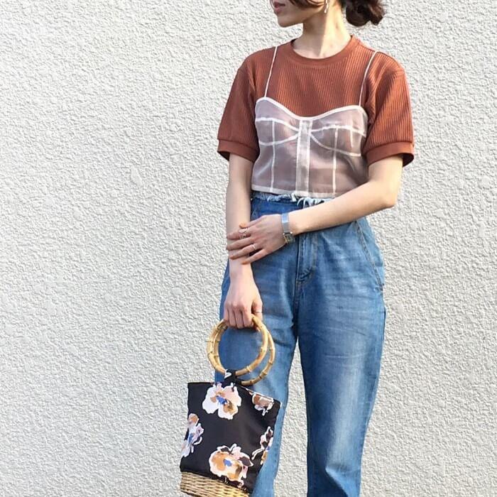 透けキャミソール×ブラウンTシャツのコーデ画像