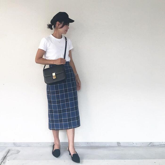 白トップス×タータンチェックタイトスカートのコーデ画像