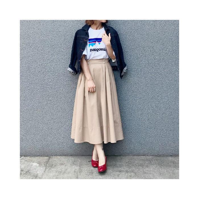 ベージュフレアスカート×赤バレエシューズのコーデ画像