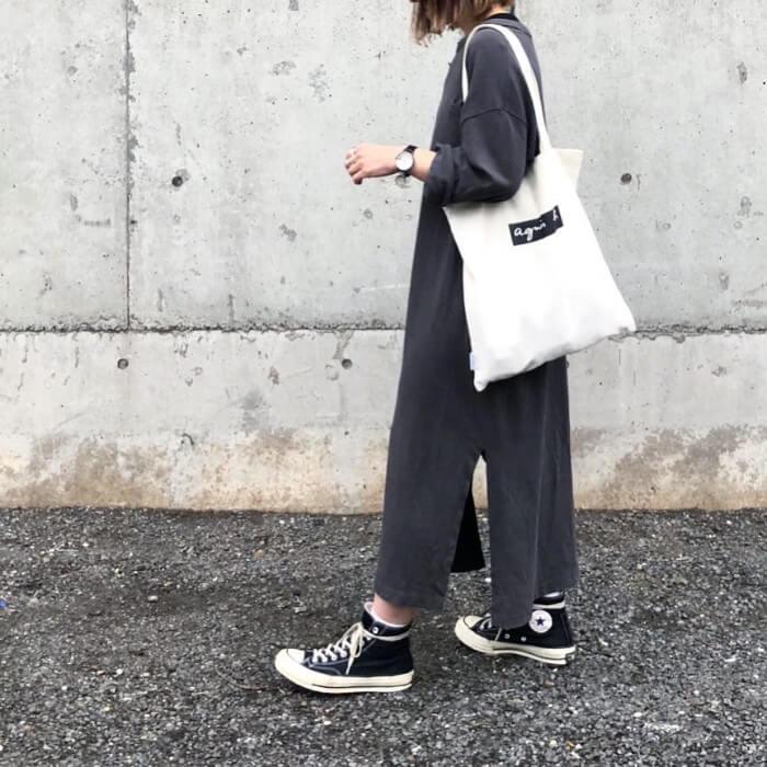 黒のロングTシャツワンピースのコーデ 画像
