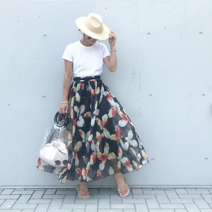 白Tシャツ×花柄スカートのコーデ画像