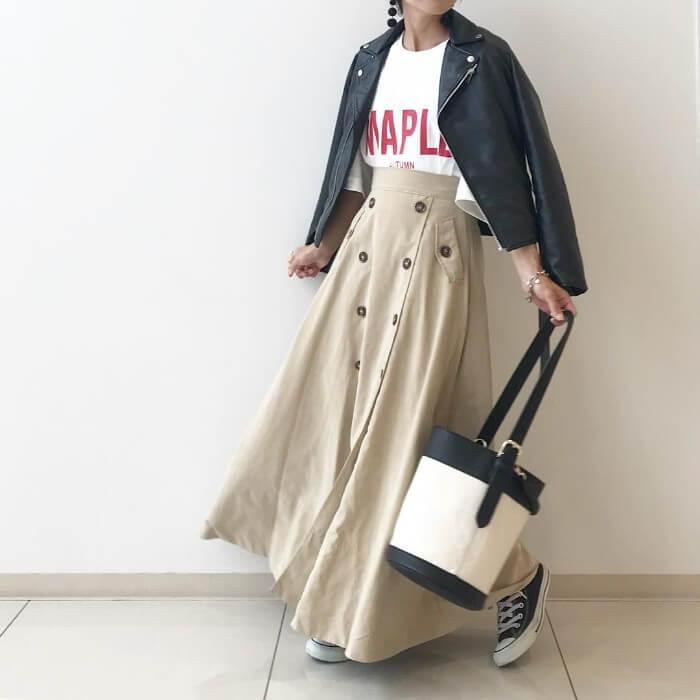 ライダース×ロゴTシャツ×ベージュフレアスカートのコーデ画像