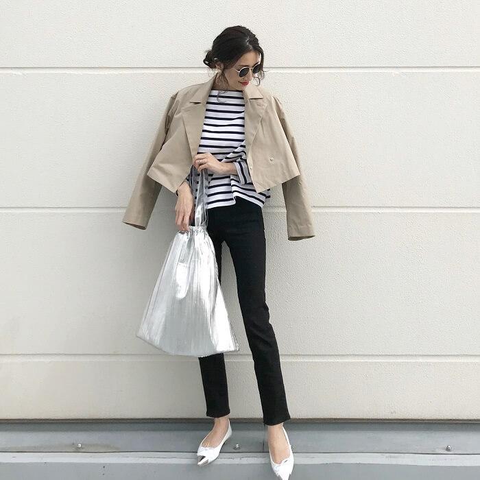 ベージュジャケット×黒パンツのコーデ画像