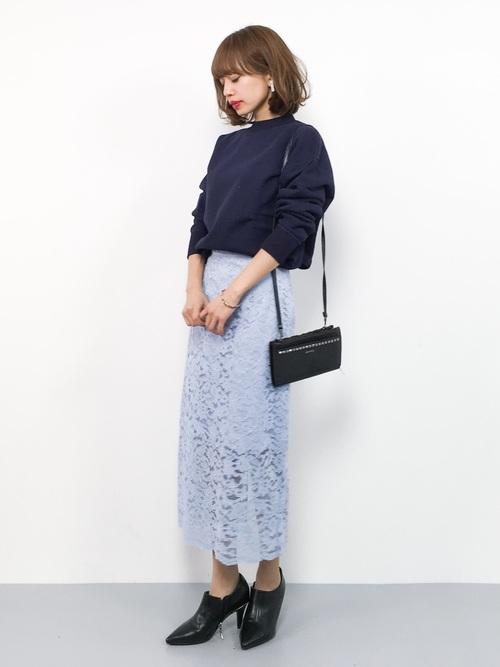 ネイビーニット×水色マキシ丈レーススカートのコーデ画像