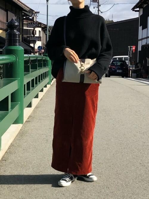 黒タートルネックニット×赤ロングタイトスカートのコーデ画像