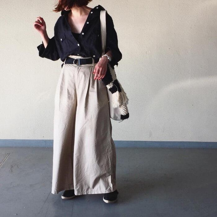 ネイビーオーバーサイズシャツ×ベージュワイドパンツのコーデ画像