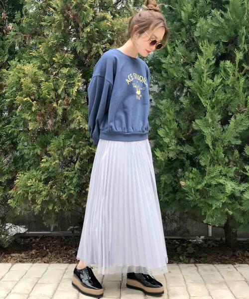 ネイビーロゴスウェット×白チュールスカートのコーデ画像