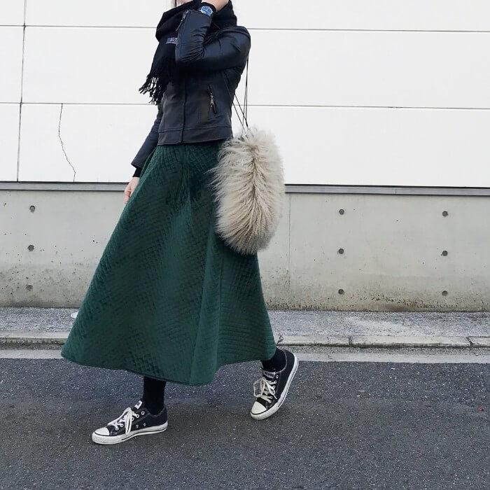 深緑のフレアスカート×ライダースのコーデ画像