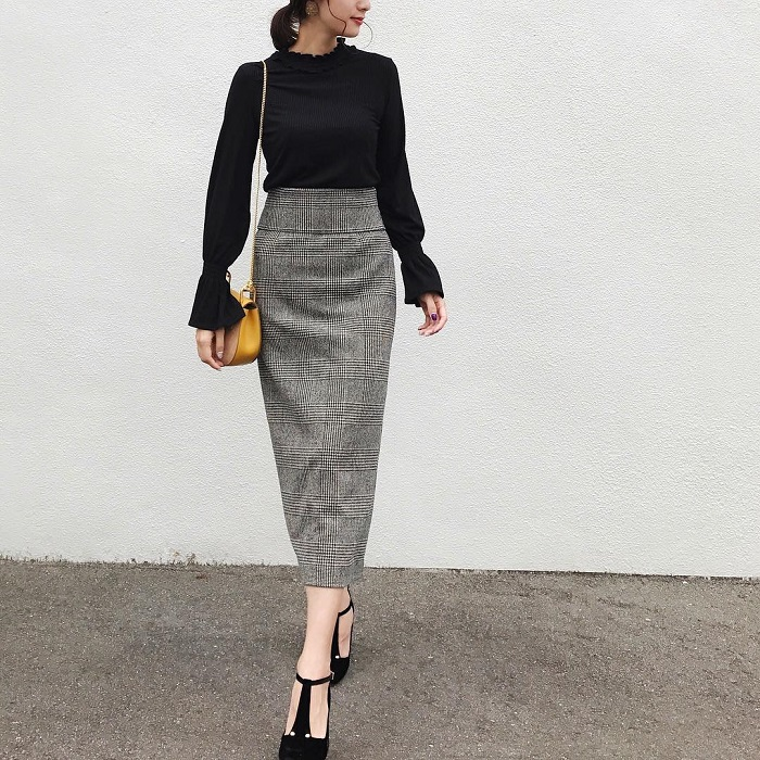 黒トップス×グレンチェックタイトスカートのコーデ画像
