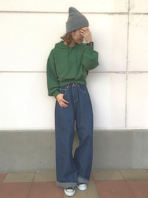 緑パーカー×デニムワイドパンツのコーデ画像