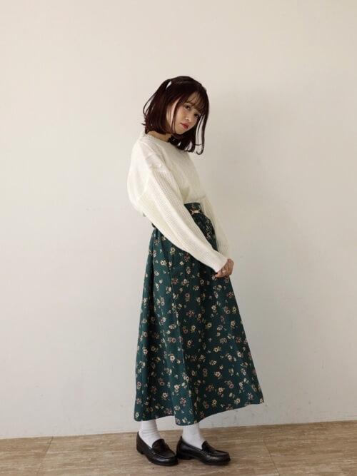 茶色コインローファー×白靴下×花柄スカートの靴下コーデ画像