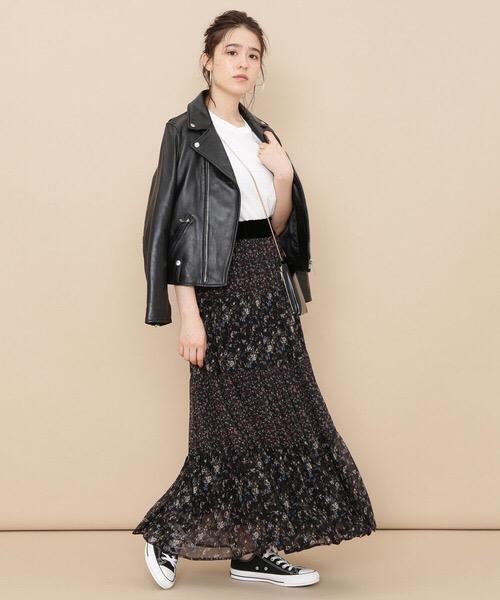 黒ライダース×小花柄シフォンマキシスカートのコーデ画像