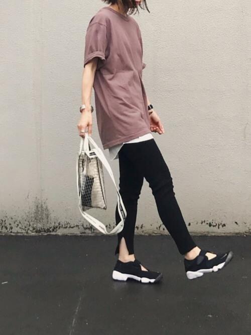 ブラウンTシャツ×ブラックレギンスのコーデ画像