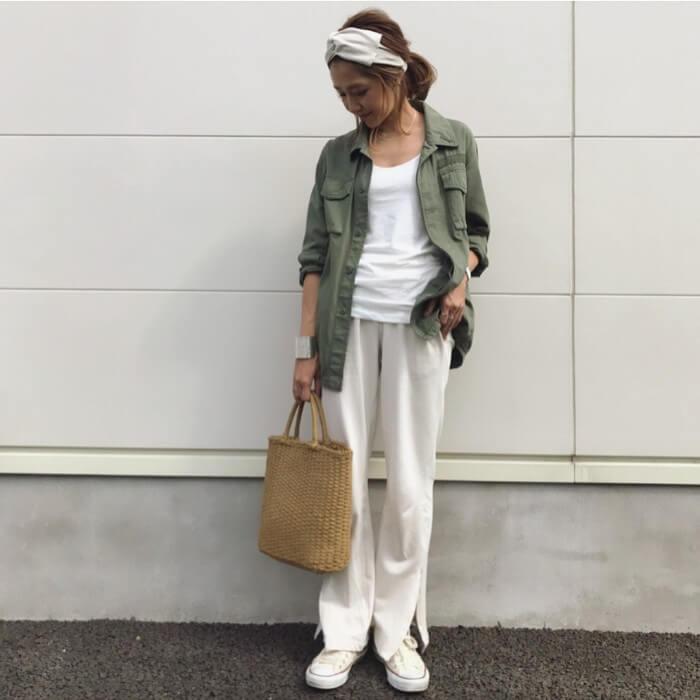 ミリタリージャケット×ホワイトフレアパンツのコーデ画像