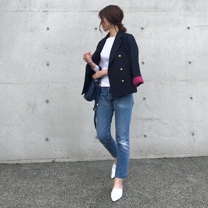 紺ブレ×白トップス×ミディアムウォッシュデニムのコーデ画像