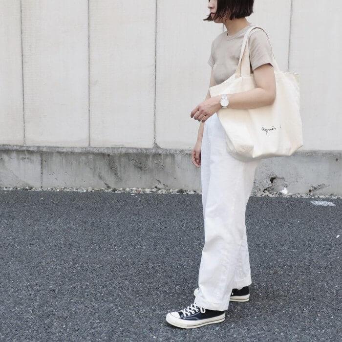 ベージュTシャツ×白ワイドパンツのコーデ画像
