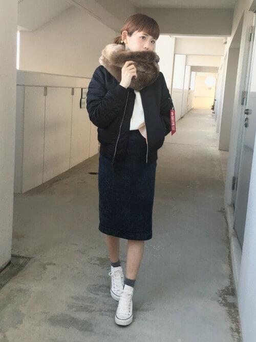 ミディ丈デニムスカート×白ハイカットスニーカーのコーデ画像