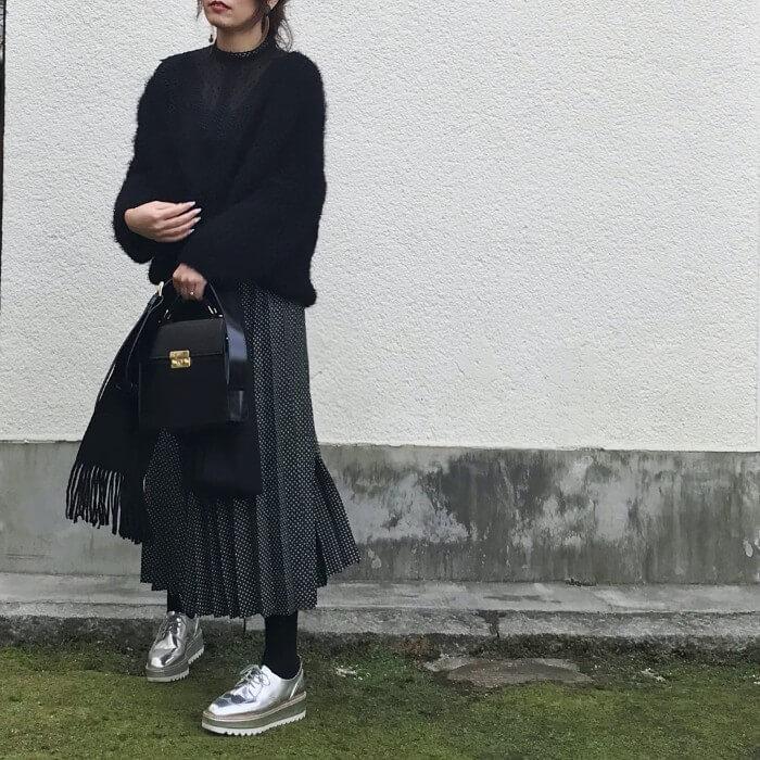 黒プリーツロングスカート×黒のゆるニットのコーデ画像