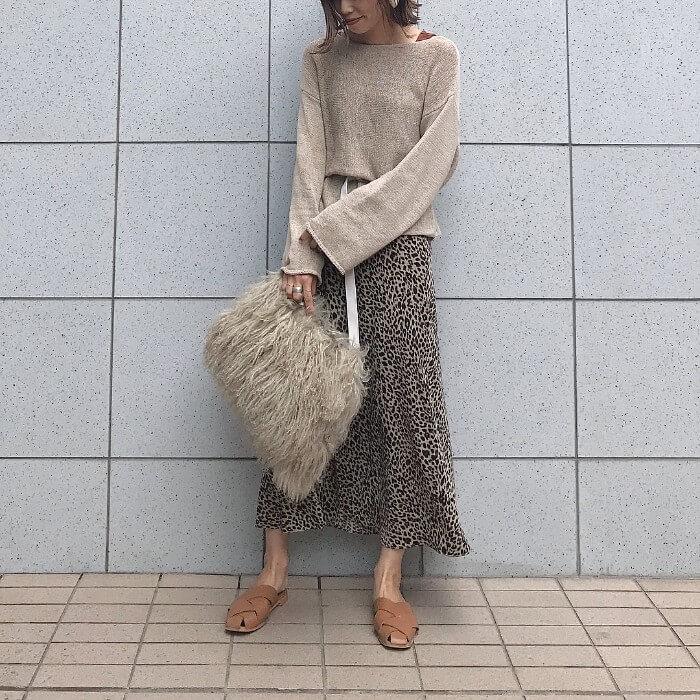 ベージュルーズネックニット×レオパード柄スカートのコーデ画像