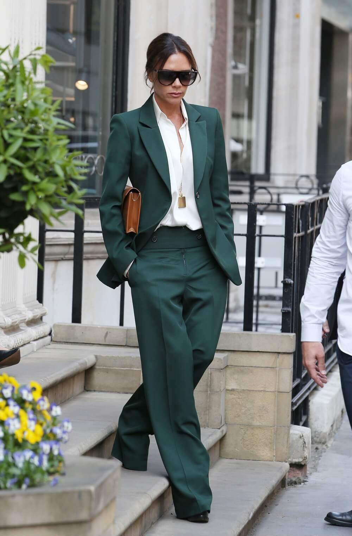ヴィクトリア・ベッカムの私服ファッション写真(緑のセットアップ)