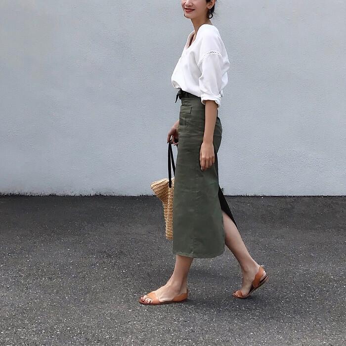 ミモレ丈カーキタイトスカート×白ブラウスのコーデ画像