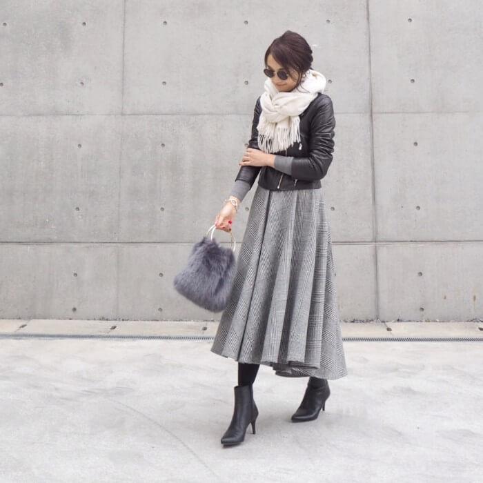 薄いグレーのフレアスカート×ライダースのコーデ画像