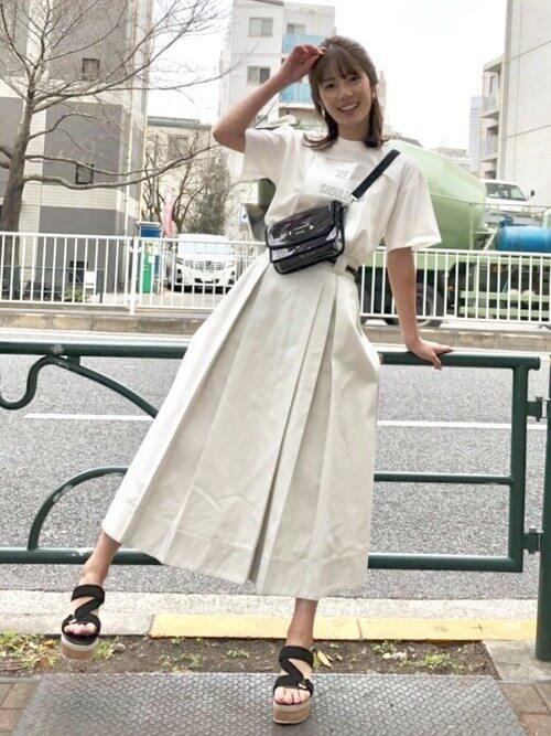 Tシャツ×白ロングボックススカートのコーデ画像