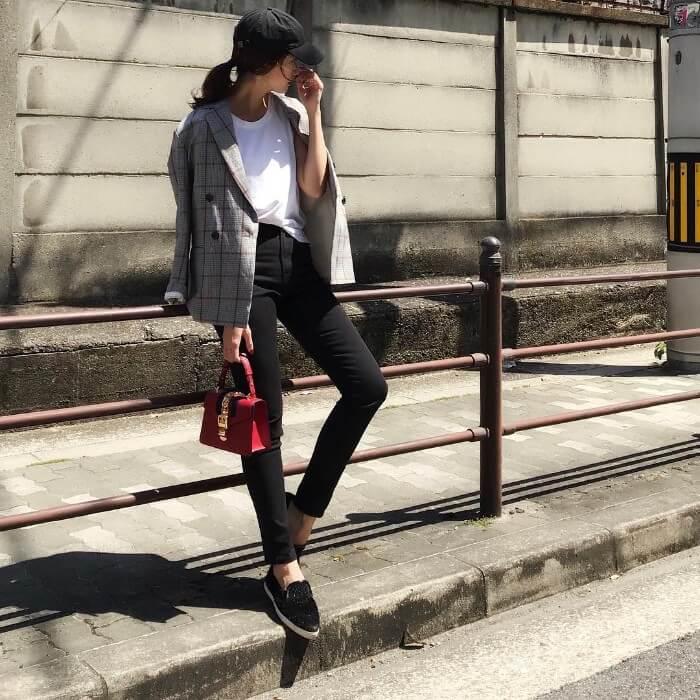 黒キャップ×ジャケット×黒スキニーの春夏コーデ画像