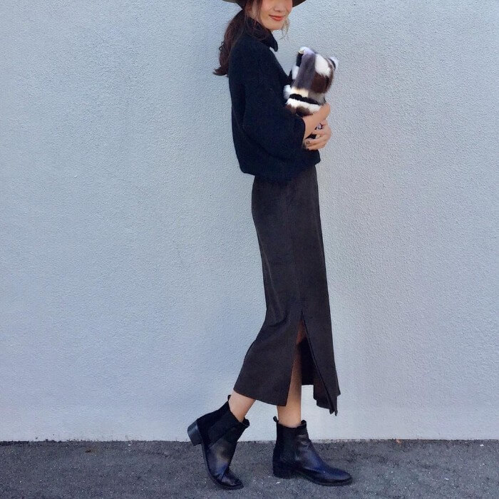 黒のスウェードロングスカートと黒のサイドゴアブーツのコーデ画像