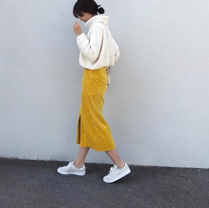 イエローロングスカート×白スニーカーのコーデ画像