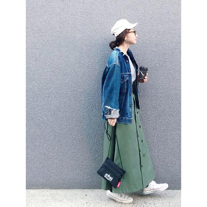 デニムジャケット×グリーンロングトレンチスカートのコーデ画像