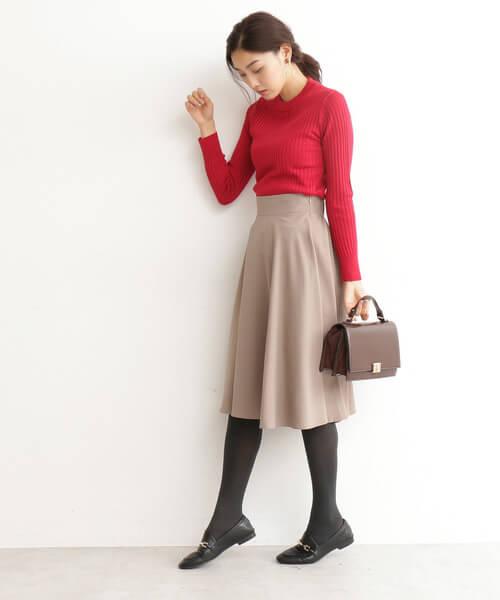 赤リブニット×ベージュフレアスカートのコーデ画像