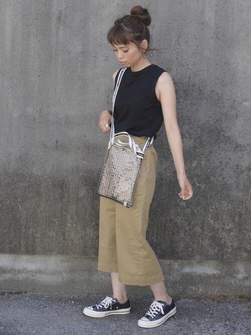 黒ノースリーブトップス×ベージュタイトスカートのコーデ画像