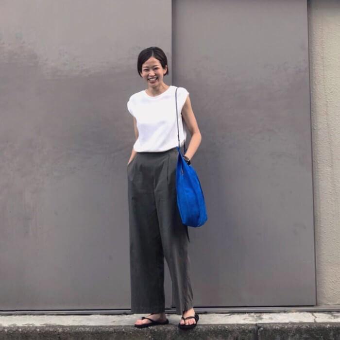 白Tシャツ×ダークグレーワイドパンツ×ブルーバッグのコーデ画像