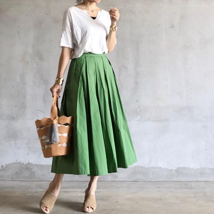 グリーンのロングスカートのコーデ画像