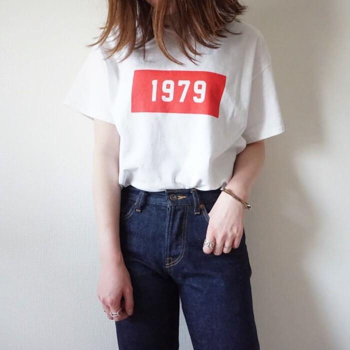 ロゴ入りTシャツをインしたコーデ画像