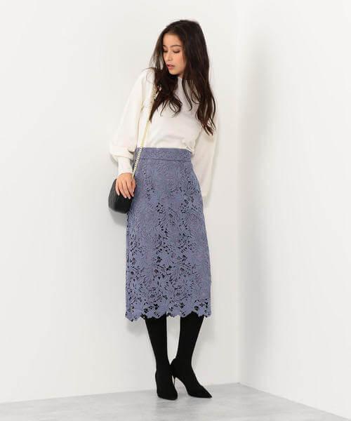 くすみブルーレーススカート×白ニットのコーデ画像