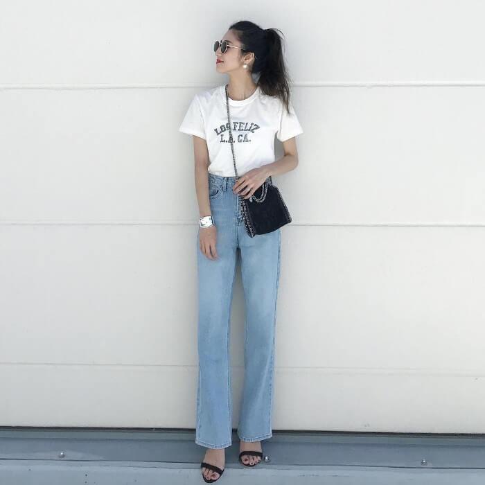 白Tシャツとライトブルーデニムのコーデ画像